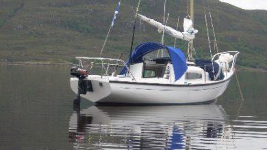 Photo of Dos pequeños veleros navegando en el Inner Sound, Escocia