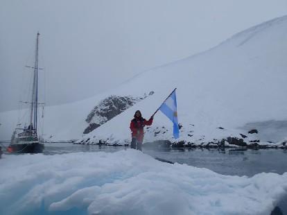 ...........nuestra bandera en la Antártida