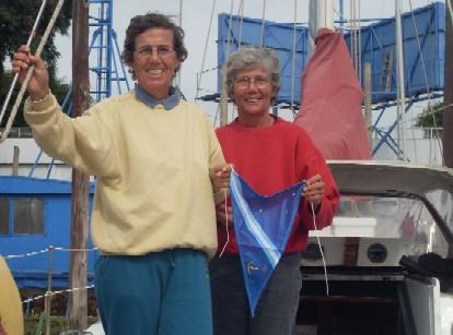 Jacqueline y Christiane con el gallardete de ADAN