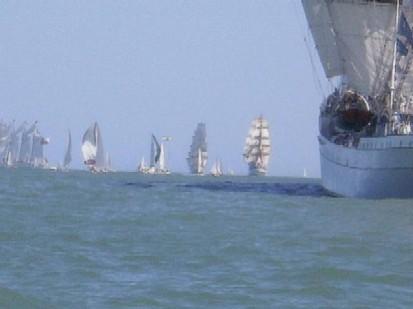 La flota acompañada por veleros deportivos