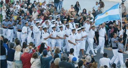 Los argentinos desfilan ante sus compatriotas