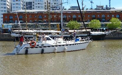al fondo la fragata Sarmiento